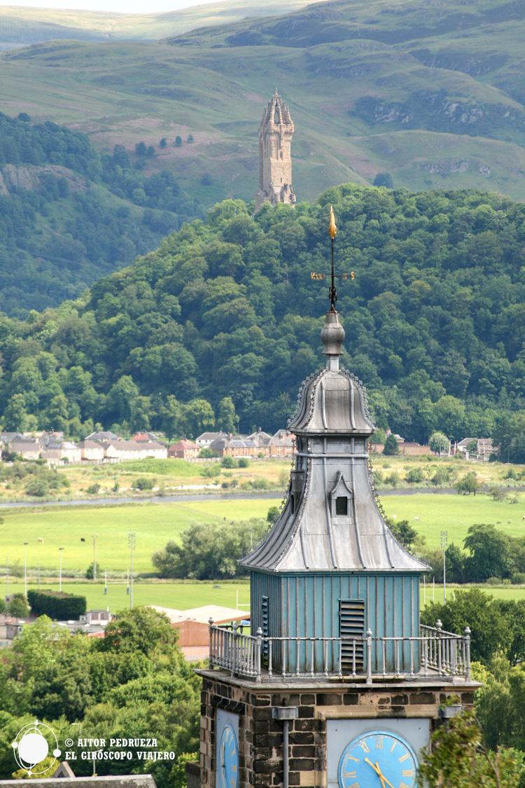 Torre del edificio Toolboth con el monumento a William Wallace al fondo